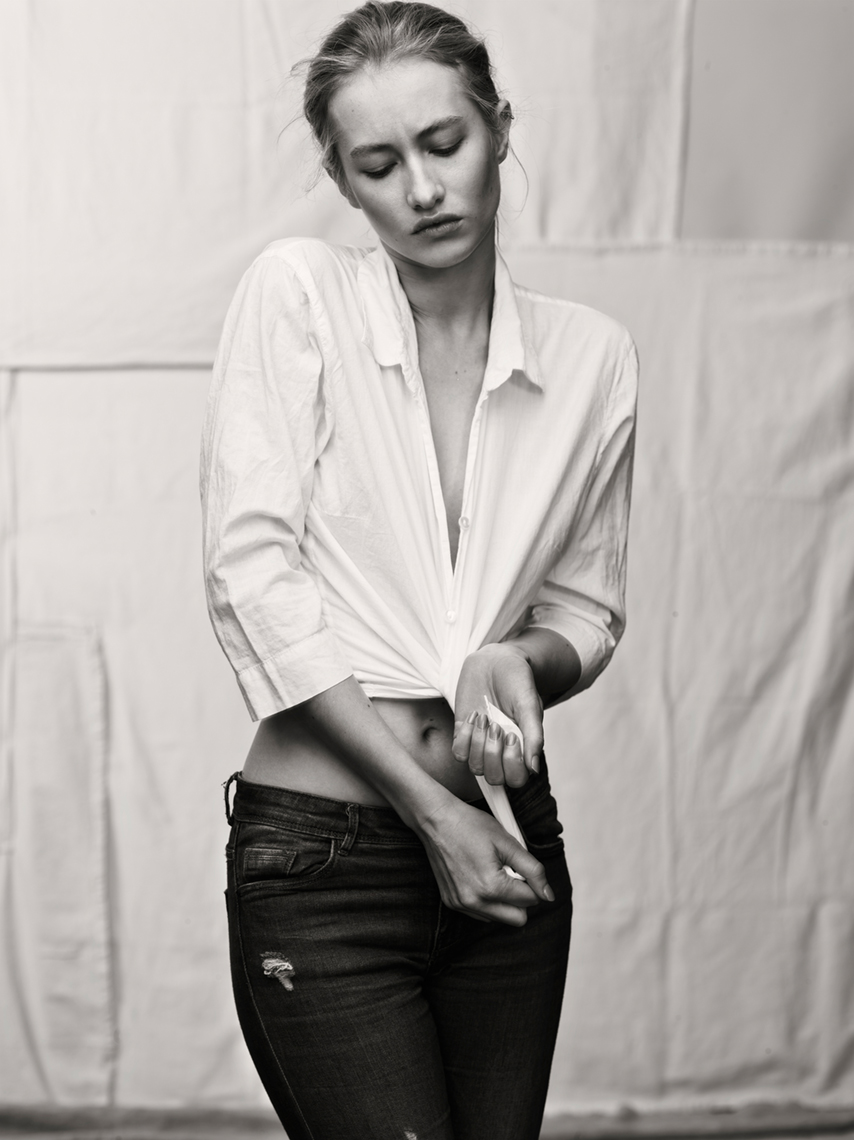 Muse_White_Shirt_Jenny_Hands_40